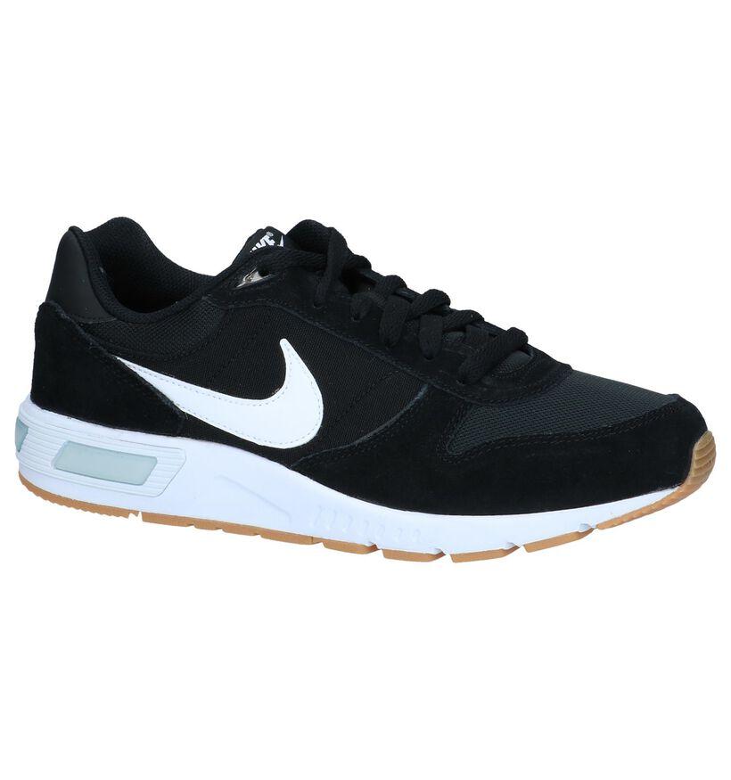 Nike Nightgazer Zwarte Sneakers in stof (234109)
